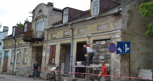 Problem z kamienicą w Suwałkach: Nie można jej wyburzyć więc trzeba ją sprzedać