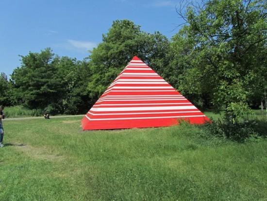 W Krakowie  stanęła biało-czerwona piramida