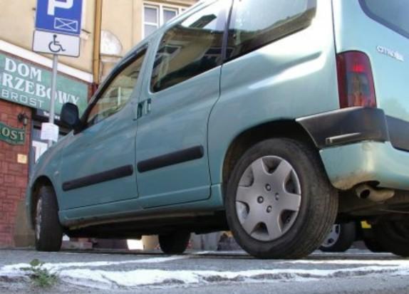 """Nowe zasady parkowania na """"kopertach"""". Karty stracą ważność"""