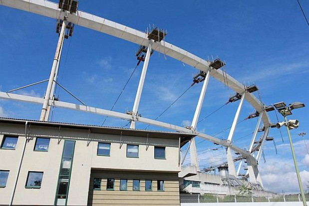 Na Stadionie Śląskim trwa podnoszenia konstrukcji dachu na koronę obiektu (fot.PTWP)