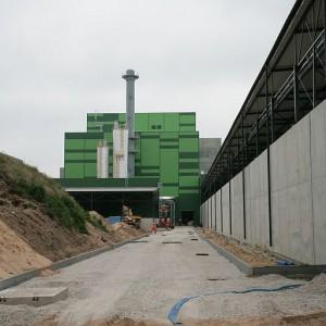 Kontynuowane są prace wewnątrz budynków oraz porządkowany jest cały teren wokół budowy. (fot.mat.pras.)