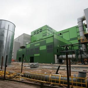 W tym miesiącu zostanie ukończony budynek zestalania i chemicznej stabilizacji, budynek sezonowania żużla oraz zbiornik na olej i silosy na reagenty (fot.mat.pras.)