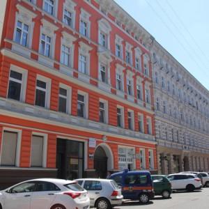 Odnowiono część powierzchni mieszkalnych, w tym ich elewacje stropy i okna, zaadaptowano na parterach nowe przestrzenie usługowe oraz stworzono miejsca o charakterze społecznym. (fot.wzp.pl)