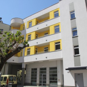 Mała architektura wzbogacona została dodatkowo o podjazdy dla osób niepełnosprawnych i oświetlenie (fot.wzp.pl)