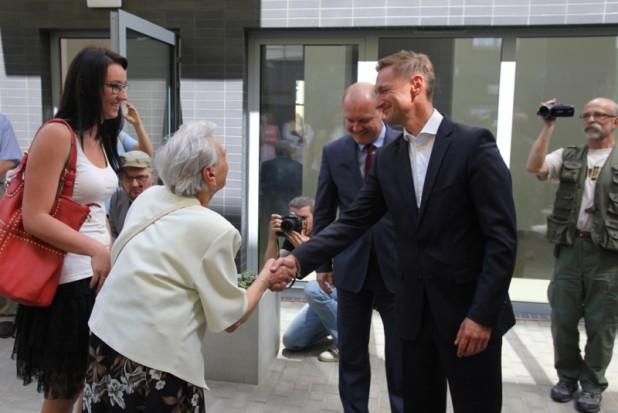 Marszałek województwa Olgierd Geblewicz wraz z prezydentem Szczecina Piotrem Krzystkiem przekazywali klucze pierwszym lokatorom odrestaurowanego nr 23 (fot.wzp.pl)