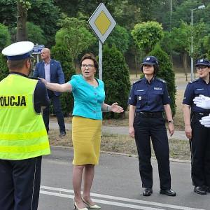 Odbył się pokaz kierowania ruchem drogowym. Premier postanowiła się przyłaćzyć (fot.csp.edu.pl)