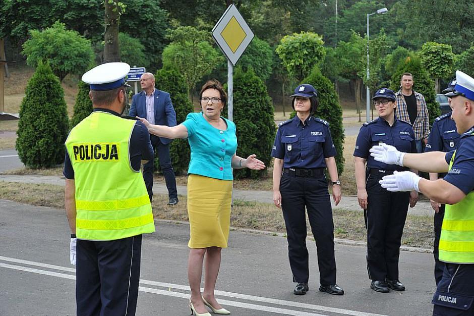 Ewa Kopacz kieruje ruchem drogowym w Legionowie. Internauci żartują