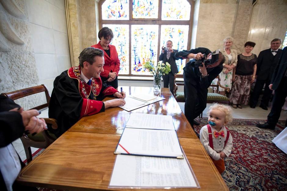 Robert Biedroń nie odpowie za zdjęcie obrazu Jana Pawła II