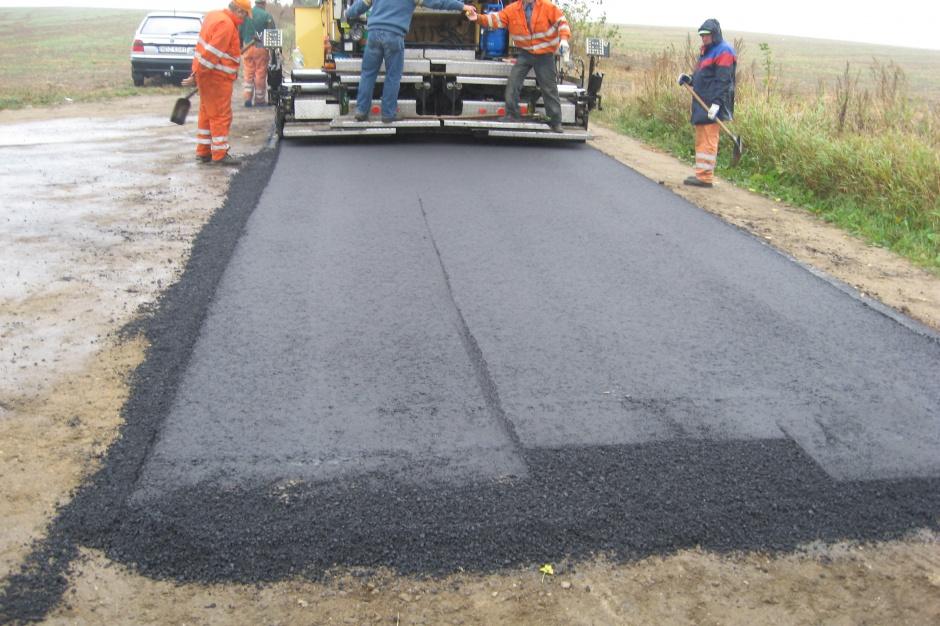 Kłopotek, inwestycje drogowe: gminy powinny móc budować węższe drogi