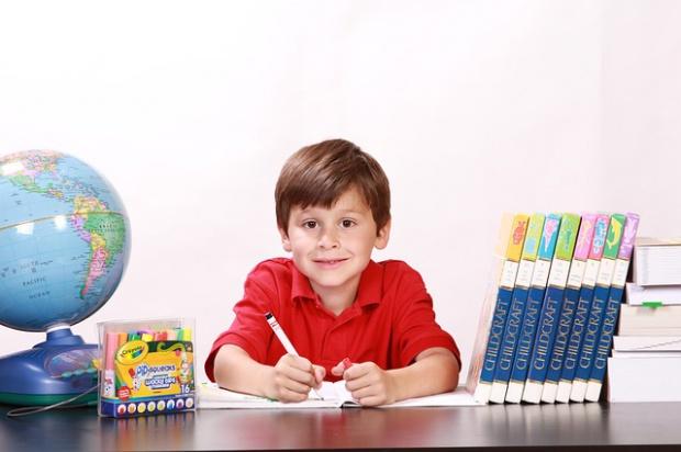 Dzieci idą do szkoły. Oto prawa rodziców jako konsumentów