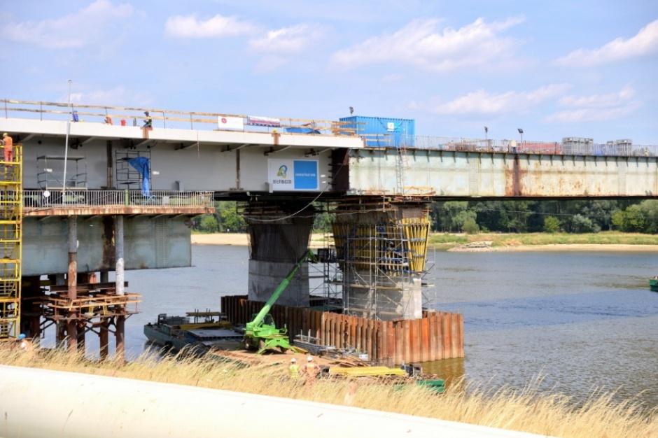 Połowa mostu Łazienkowskiego nad nurtem Wisły