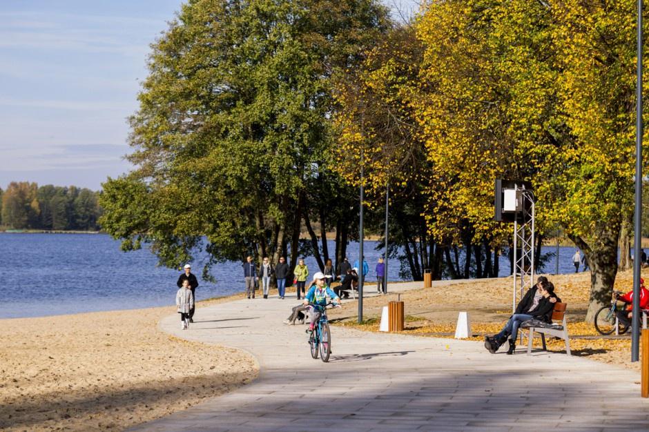 Sportowo-rekreacyjna infrastruktura nad jeziorem Krzywym w Olsztynie.