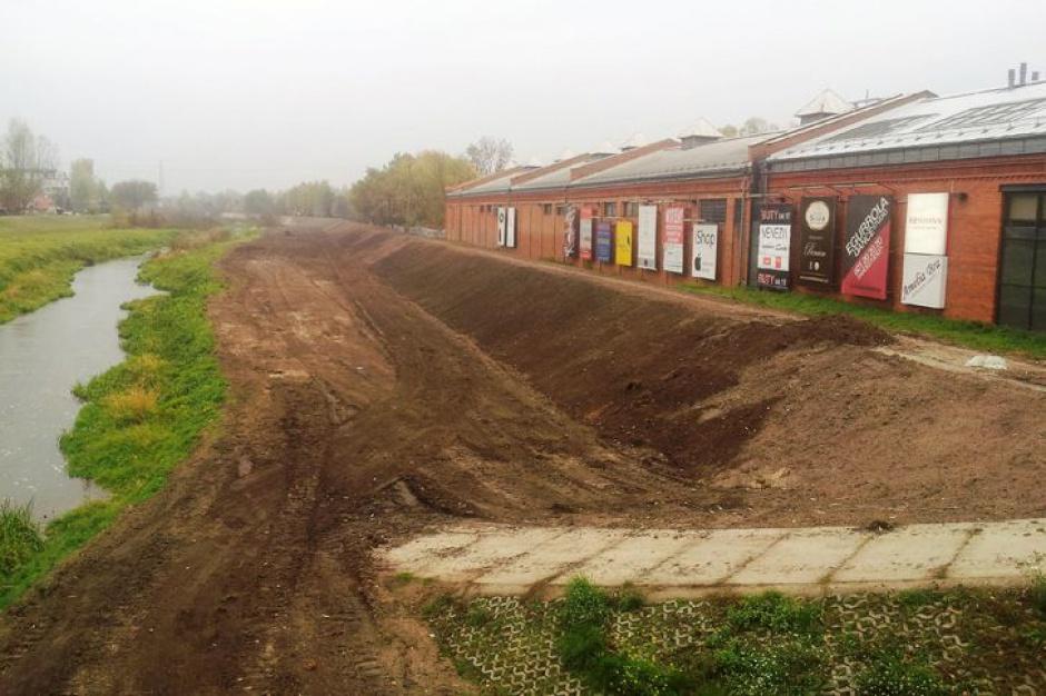 Trwa przebudowa wału w Konstancinie-Jeziornie
