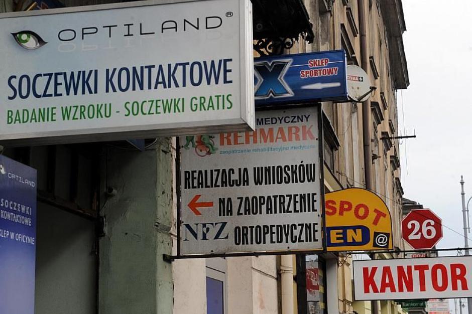 W Krakowie znikają nielegalne reklamy