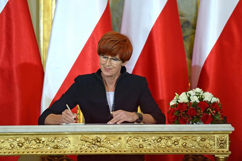 """Elżbieta Rafalska: Nie zrzucimy kosztów programu 500 zł na dziecko na barki gmin. Pierwsze wypłaty """"Rodzina 500+"""" po 1 kwietnia"""