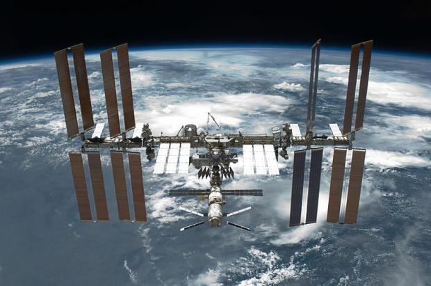 Toruńscy naukowcy opracują metody badania zanieczyszczenia satelitów
