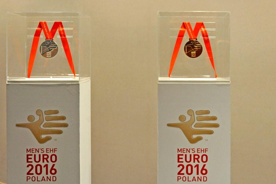 Medale dla mistrzów EHF EURO 2016 (fot.Jakub Gucma/ZPRP/krakow.pl)
