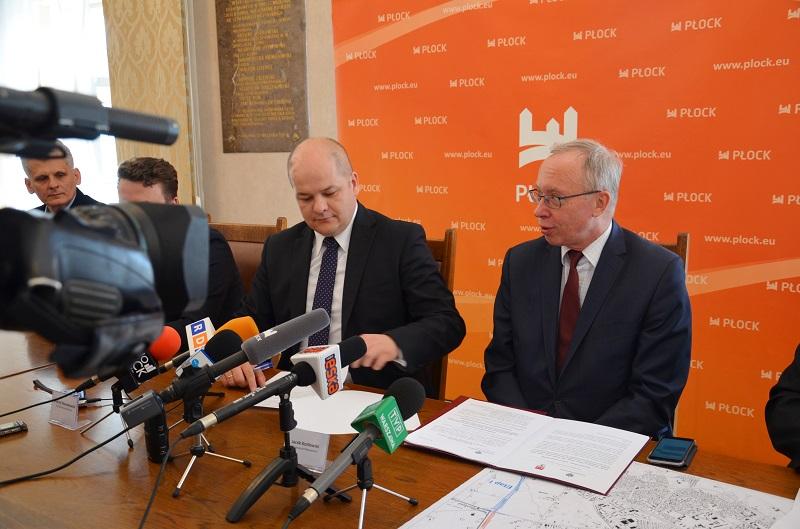 Decyzję zezwalającą na budowę kolejnego etapu obwodnicy Płocka, podpisał wojewoda mazowiecki Jacek Kozłowski (fot.mazowieckie.pl)