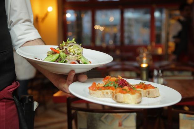 Szkolenia restauratorów: jak obsługiwać niewidomego klienta