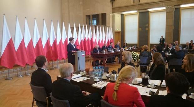 Premier Beata Szydło otwiera w KPRM posiedzenie komisji wspólnej. (fot.: twitter/MSWiA)