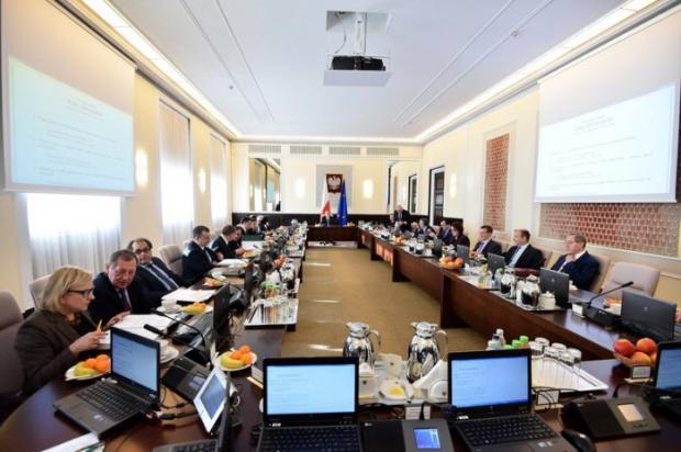 Podwyżki dla funkcjonariuszy podległych MSWiA: Policjanci, strażacy i straż graniczna dostaną 200 zł więcej