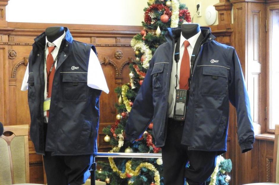 Kraków: Kontrolerzy biletów będą chodzić w mundurze i czerwonym krawacie