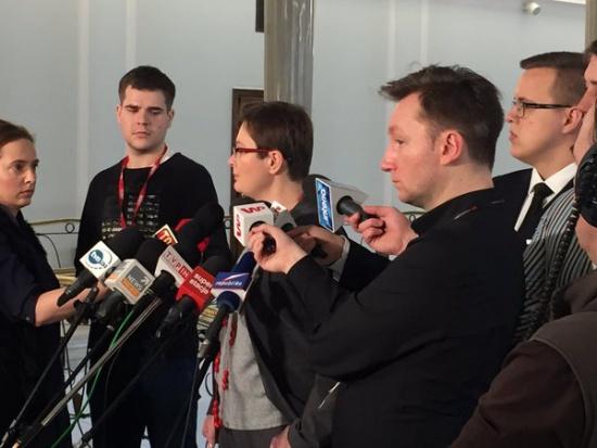 500 zł na dziecko, poprawki: Nowoczesna i PSL chcą świadczenia na pierwsze dziecko i kryterium dochodowego