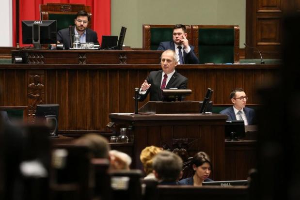 500 zł na dziecko, debata: Posłowie oprócz argumentów słownych mieli też rekwizyty
