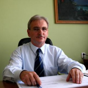 Marek Olszewski, przewodniczący Związku Gmin Wiejskich i wójt gminy Lubicz:    - Proponuję poczekać z ocenami aż ten program zacznie działać, bo dzisiaj tak naprawdę nie wiemy jak to będzie wyglądało, jak podejdą do tego mieszkańcy i jakie będą efekty. Możemy tylko przewidywać, ale niczego podobnego wcześniej nie robiliśmy i nie mamy żadnych podstaw do wyciągania daleko idących wniosków. Dlatego nie mam dzisiaj określonego poglądu na ten program, po prostu przyjmuję do wiadomości, że jako administracja publiczna mamy kolejne zadanie i już się do jego realizacji przygotowujemy.   Później, jak to już ruszy, to nie sądzę, żeby były większe kłopoty, ale na starcie będzie ciężko. Bo wiadomo, że ludzie ruszą 1 kwietnia do urzędu i jak np. przyjdzie 300 osób na raz to kolejki i zamieszanie będą. My już dzisiaj planujemy, że w sali gimnastycznej ustawimy kilka stolików i będziemy obsługiwać mieszkańców, ale trzeba pamiętać, że nie można w takich punktach posadzić ludzi nie przygotowanych, trzeba pamiętać o ochronie danych osobowych.   Oczywiście po głowie za bałagan dostaną samorządowcy, a tak naprawdę nasza w tym wina żadna, dlatego apelujemy do rządu, ministerstwa o szeroką kampanię informacyjną, tłumaczącą, jak można się zarejestrować, że nie trzeba tego zrobić pierwszego dnia, że pieniądze nie przepadną nawet jak przyjdziemy do urzędu na końcu. Bez takiej kampanii chaos może być ogromny.