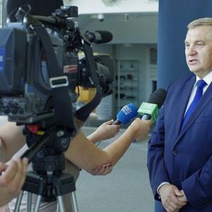 Tadeusz Truskolaski, prezydent Białegostoku:    - Jako samorządowcy jesteśmy od tego, żeby programy realizować i to zrobimy jak najlepiej potrafimy, bo przecież chodzi o naszych mieszkańców. Spodziewam się jednak, że problemy będą i dostaniemy za to po głowie my, a nie rząd. Co do kosztów, to mam obawy czy 2 proc. wystarczy, ale zobaczymy. Na razie jest jeszcze dużo niewiadomych, jak będą akty wykonawcze to będziemy mądrzejsi.   Co do oceny programu, to dla mnie jest on czysto politycznym działaniem, chodziło tylko i wyłącznie o pozyskanie głosów. Mówienie, że chodzi o demografię to mydlenie oczu. Przecież wszyscy widzimy, że więcej dzieci mają rodziny biedne, a nie bogate. Ludzie zamożniejsi stawiają na komfort życia i nie chcą mieć więcej dzieci. Żeby poprawić statystyki demograficzne trzeba złożonych działań, na pewno nie rozdawania pieniędzy.