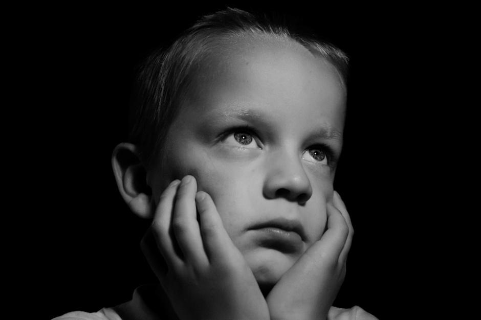 """Depresja i samobójstwa wśród dzieci: Ruszyła ogólnopolska kampania """"Twarze depresji. Nie oceniam. Akceptuję"""""""