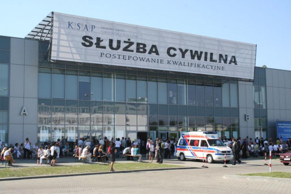 Służba cywilna: 212 osobom wygasły stosunki pracy, 293 przeniesione na inne stanowiska