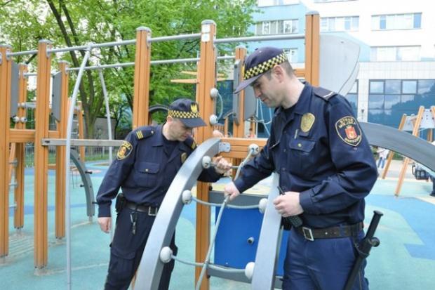Do zadań strażników należy m.in. kontrola placów zabaw (fot.strazmiejska.waw.pl)
