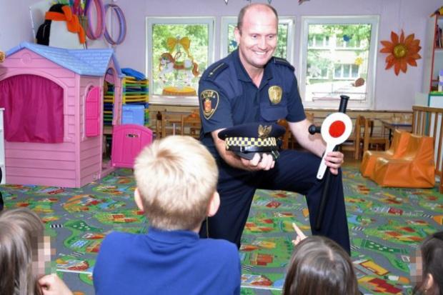 Strażnicy prowadzą też zajęcia profilaktyczne w przedszkolach i szkołach (fot.strazmiejska.waw.pl)