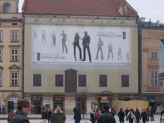 Kraków - kamienica w trakcie remontu z reklamą (fot. OIGRW)