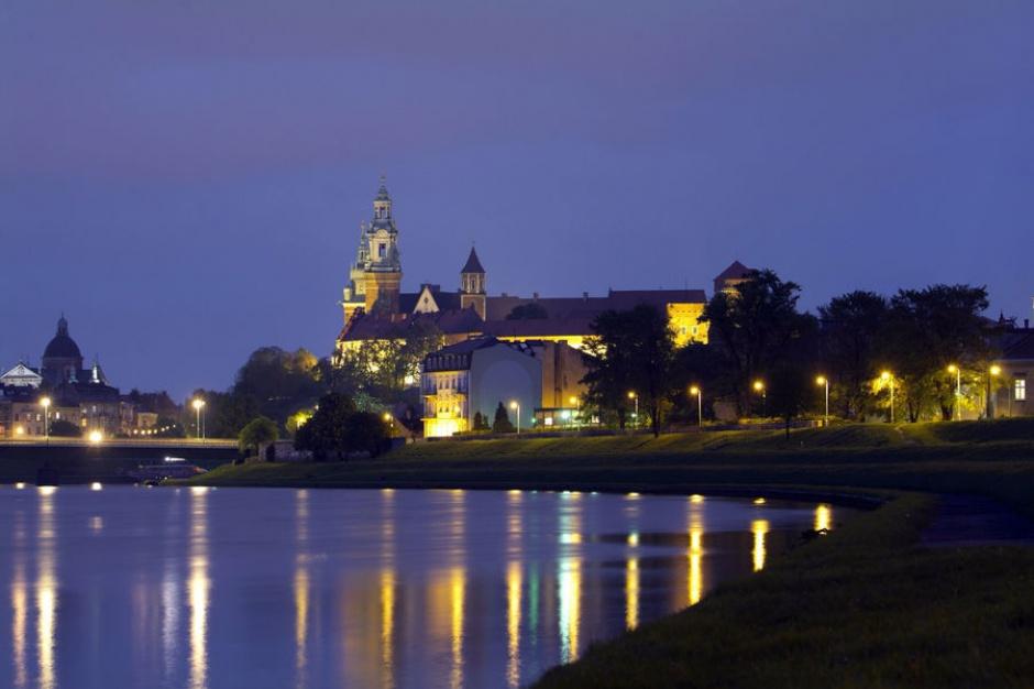 Kraków: Montaż oświetlenia na Bulwarach Wiślanych po świętach