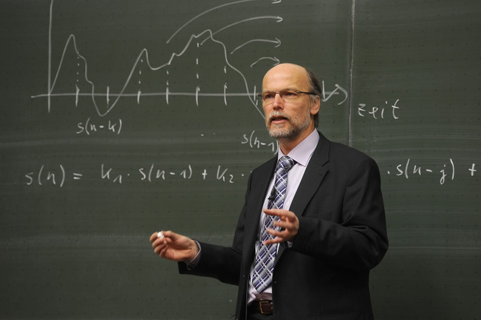 Demografia wypchnie nauczycieli na świadczenia kompensacyjne? Związki walczą o wcześniejsze emerytury