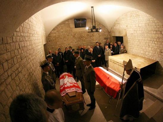 Kraków: Obchody 6. rocznicy pogrzebu Lecha i Marii Kaczyńskich na Wawelu