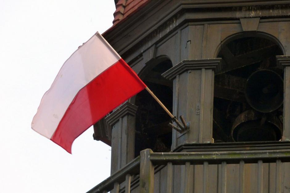Dzień Flagi: Samorządowcy rozdają mieszkańcom biało-czerwone flagi