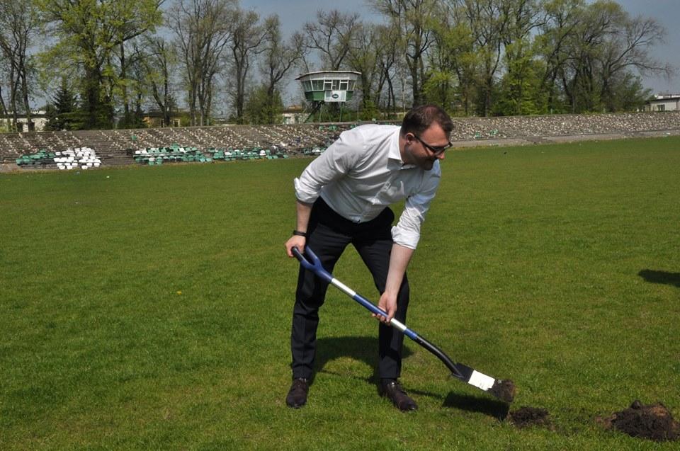 Symboliczną łopatę pod nowe inwestycje sportowe wbił prezydent miasta Radosław Witkowski. (fot. UM Radom)