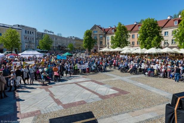 Marsz zakończył się na Rynku Kościuszki, gdzie do godzin popołudniowych odbywał się festyn integracyjny (fot.UM Białystok)