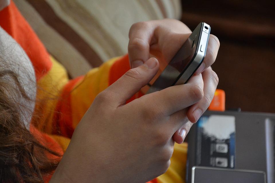 Z danych GUS wynika, że obecnie 44 proc. Polaków korzysta ze smartfonów, a trzech na pięciu ich użytkowników korzysta przy ich pomocy z internetu (fot. pixabay)