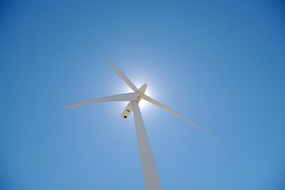 W zależności od warunków i wielkości turbina wiatrowa może generować od 5 do 70 kW mocy, źródło: lamoix/flickr.com/CC BY 2.0