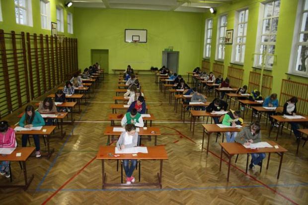 Tegoroczni szóstoklasiści byli ostatnim rocznikiem, który przystąpił do sprawdzianu (fot.spkurów.pl)