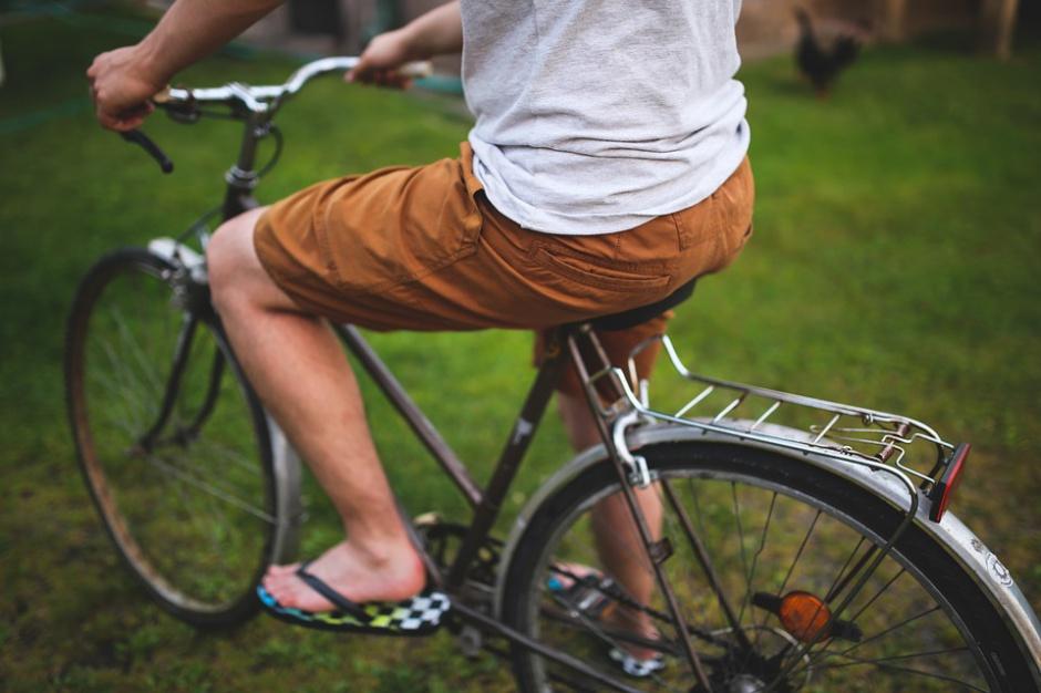 Cyklista na rowerze miejskim (fot.pixabay)