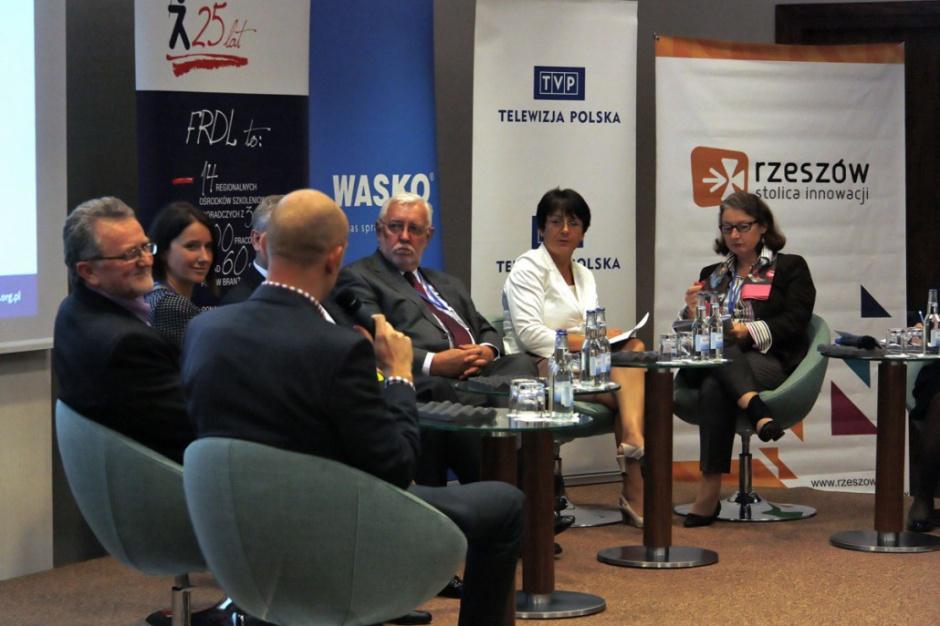 Sekretarze gmin chcą wzmocnienia kompetencji. Prof. Stępień argumentuje: chcieliśmy rozdzielenia polityki i administracji w JST