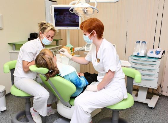 Dentysta w szkole: Przez nowe przepisy zamknięte zostaną szkolne gabinety dentystyczne?