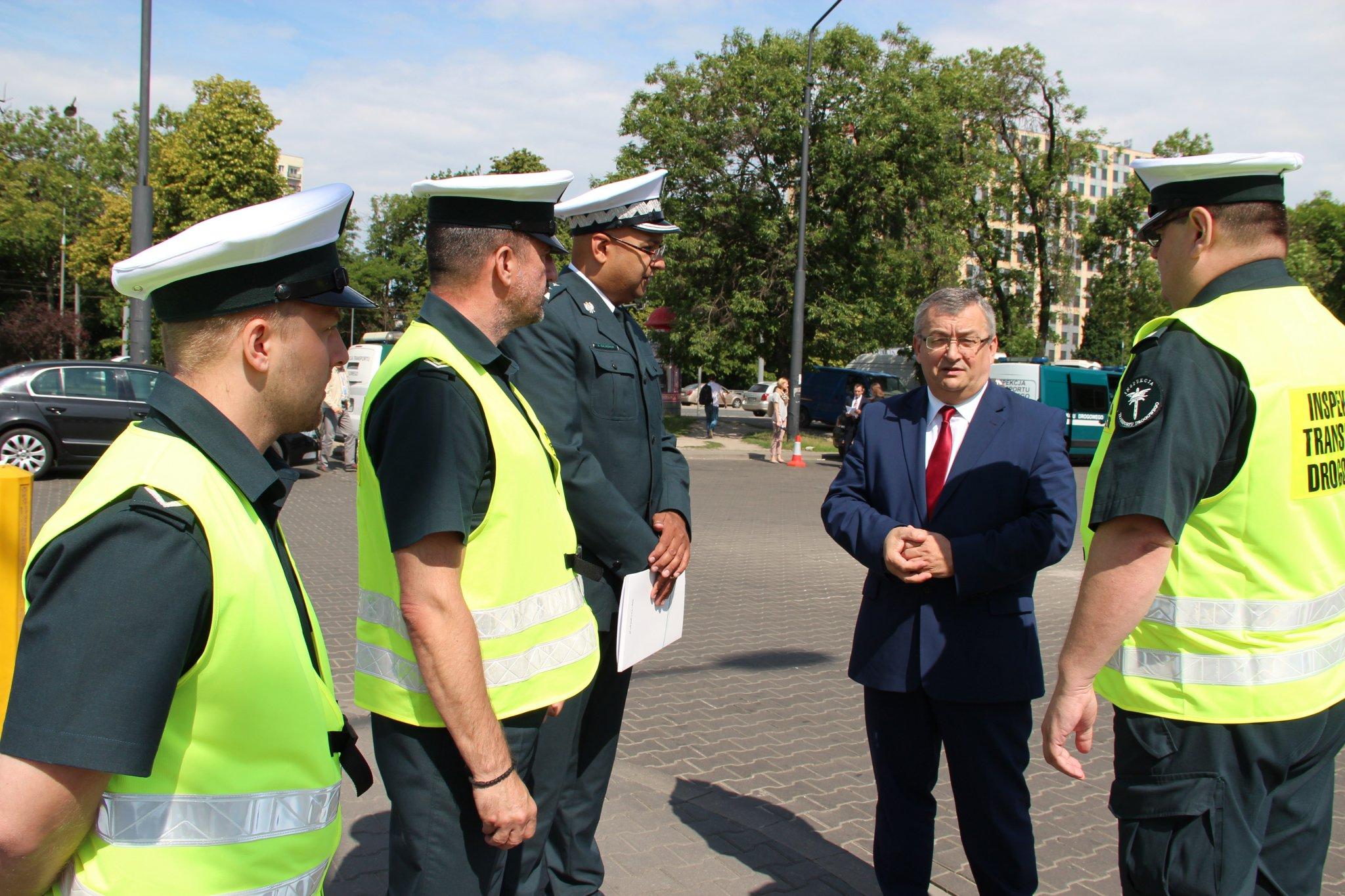 Andrzej Adamczyk mówi, że wyniki kontroli powinny dać do myślenia miejskim przewoźnikom (fot. twitter)