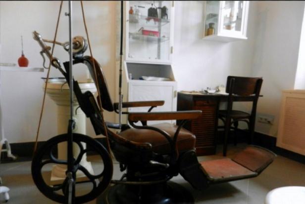 Szkolny gabinet dentystyczny w stylu retro. Strach się bać