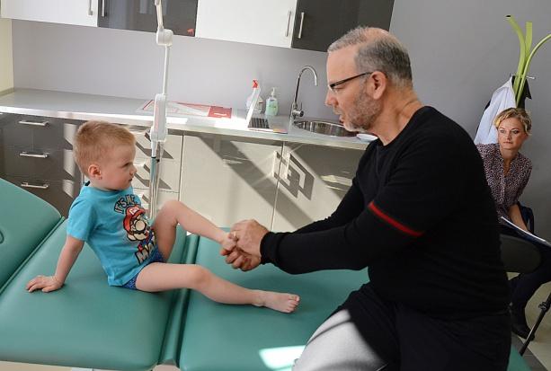 Amerykański ortopeda Dror Paley gościł w kwietniu w Skierniewicach i konsultował małych pacjentów (fot. UM Skierniewice)